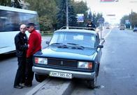 В Житомирі троє підгулявших каскадерів посадили машину пузом на відбійник. Фото