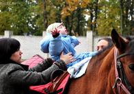 В Житомирі за відсутності належних умов на ентузіазмі іпотерапевта ефективно лікують дітей з ДЦП. Фото