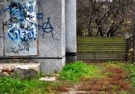 В Житомирі паркан за палацом культури посварив сусідів. Відео. Фото