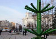 На площади устанавливают елку