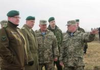Командуючий силами оборони Естонії подивився як навчаються житомирські десантники. Фото