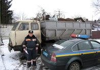 """Житомирські ДАІшники біля Клітчина зупинили """"ліву"""" вантажівку з порізаними на металобрухт тракторами (фото)"""