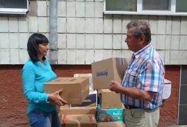 Михайло Гузун передав Юлії Толмачовій гуманітарну допомогу, яку привіз із Литви