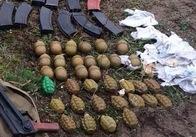 На Житомирщині у п'ятдесяти метрах від автомобільної дороги знайшли повний рюкзак зброї. Фото