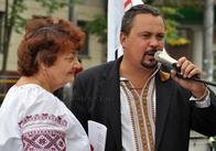 Житомиряне в вышиванках пели гимн Украины в центре города! Фотоновости Житомира.
