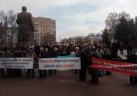 Під Житомирською обласною радою декілька сот пенсіонерів мітингують проти підвищення тарифів. Фото