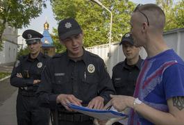 Житомирські патрульні поліцейські зачитали ліричний вірш про любов. Фото. Відео