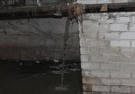 У Житомирі скандал. Затопило підвал багатоповерхівки, вода і лайно ллється, жителі страждають, влада бездіє