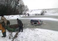 На Житомирщині «Volvo» провалилась під кригу. Фото