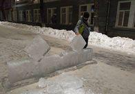 Житомиряни зломали ще одну льодяну скульптуру на Михайлівській