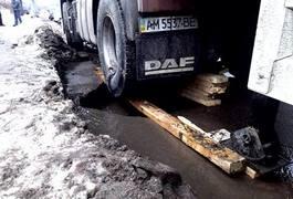 У Житомирі під колесами вантажівки провалився асфальт. Фото