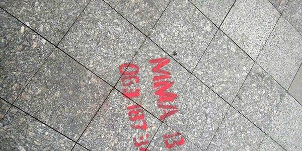 Нову плитку на Михайлівській вже загадили рекламою