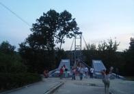 На підвісному мосту у Житомирі вимкнули ілюмінацію - хочуть підключити музику