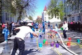 Після Великодня: у Житомирі обливаються водою на Михайлівській. Фото