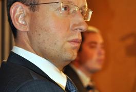 В Житомирі Яценюк збирає «кулак»...