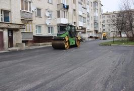 Фірмі дружини заступника Сухомлина віддали ремонт прибудинкових територій на Польовій