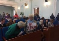 Мітингарі проти підвищення проїзду у маршрутках прийшли на нараду Ткачука в сесійну залу. Фото
