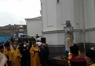 Незважаючи на дощ, на відкриття пам'ятника Огієнку прийшли сотні житомирян. Фото