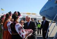 Держсекретаря США у Києві зустріли дівчата у віночках із хлібом та сіллю