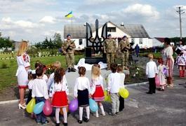 Під Житомиром селяни за свій кошт збудували пам'ятник героям України. Фото