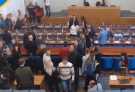 Депутати запізнюються на сесію міської ради. Мітингувальники вже у залі.Фото