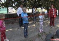 10 років без майданчика: у житомирському дворі діти самі перерізали стрічку під час відкриття. Фото. Відео