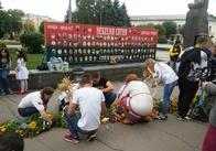 """У Житомирі учні училища інтернату сплели """"Вінок миру"""" та вшанували Героїв Небесної Сотні. Фото"""