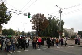 Медики, що мітингують під міською радою, перекрили дорогу