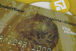 """У Житомирі ПриватБанк видає """"золоті"""" картки, якими можна платити за проїзд у тролейбусах"""