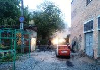 На Михайлівській у дощ кладуть асфальт на прибудинкових територіях. Фото