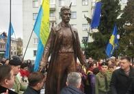 У Житомирі офіційно відкрили пам'ятник Ольжичу. Фото