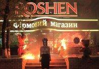 У Києві активістка Femen спалила фігури ведмедів біля магазину Roshen на Арсенальній