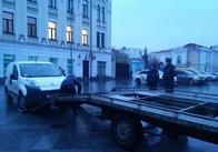 Патрульні евакуатором прибирають автівки з Михайлівської. Фото