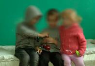 У Житомирській області 27-річна мати закрила у хаті трьох дітей з гречкою та цибулею на два дні, а сама пішла гуляти. Фото