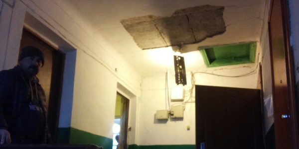 У Житомирі тріскає будинок. Мешканці швидко виселяються і звинувачують водоканал. Додано фото. Оновлено