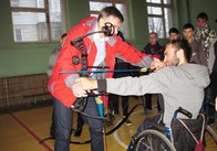 У Житомирі люди на візках вчились стріляти з лука. Фото