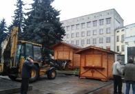 На майдані у Житомирі встановлюють торгівельні будиночки для Різдвяного ярмарку. Фото