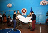 Житомирське музичне училище сплело для десантників 70 метрів маскувальної сітки. Фото