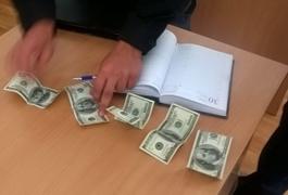 У Житомирі слідчому у відділку поліції намагалися всунути 1000 доларів