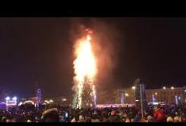 У Росії у новорічну ніч згоріла головна ялинка Сахаліну. ВІДЕО