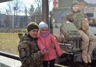 У Житомирі на зупинках розмістили обличчя українського миру
