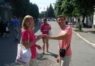 В Житомирі у рамках кампанії «Залишайся людиною» волонтери спілкуються із перехожими та роздають малинові браслети (фото)