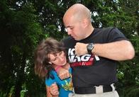 У парку Гагаріна вчили, як звільнитися від захвату голови та не отримати при цьому в обличчя
