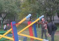 Як в Житомирі дворі провулку Тутковського, 6 встановлювали дитячий майданчик (фото, відео)