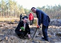 Садить - так садить, гулять - так гулять! В Овручі Репортер Житомира з чиновниками та школярами посадив гектар лісу