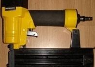 У малинського бізнесмена викрали пістолети для забивання цвяхів